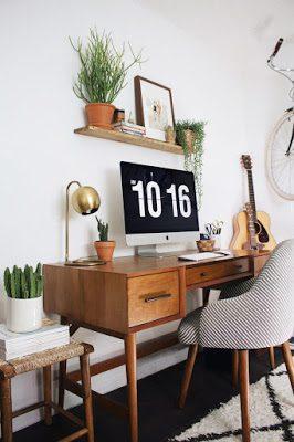 Rústico despacho mid century modern con madera y plantas